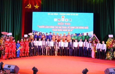 Đại diện lãnh đạo, BTC hội thi chụp ảnh lưu niệm với các đội dự thi
