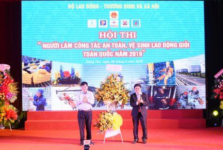 Ông Huỳnh Văn Bảo - TGĐ VRG tặng hoa chúc mừng Ban tổ chức hội thi