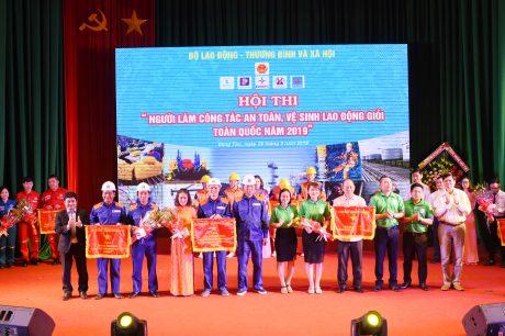 Đội Tập đoàn Công nghiệp Cao su Việt Nam(ao xanh bên phải)  nhận giải 3 của hội thi