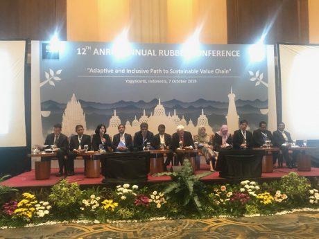 Đại biểu Việt Nam thảo luận tại hội nghị.