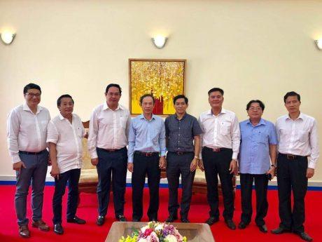 Đoàn công tác VRG chụp ảnh lưu niệm tại Đại sứ quán.
