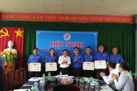 Đại diện Tỉnh đoàn và lãnh đạo công ty trao khen thưởng cho các tập thể, cá nhân.