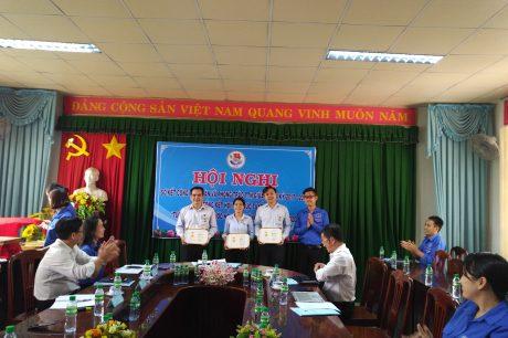 """3 đồng chí nhận kỷ niệm chương """"Vì thế hệ trẻ"""" tại hội nghị"""