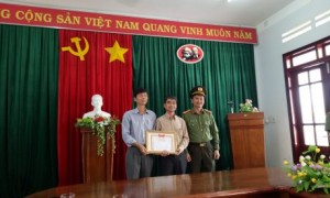 Thượng Tá Trịnh Khắc Cường trao Giấy khen cho đại diện lãnh đạo Công ty CP CS Sa Thầy