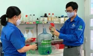 ĐVTN Công ty đang sản xuất nước rửa tay phục vụ người lao động