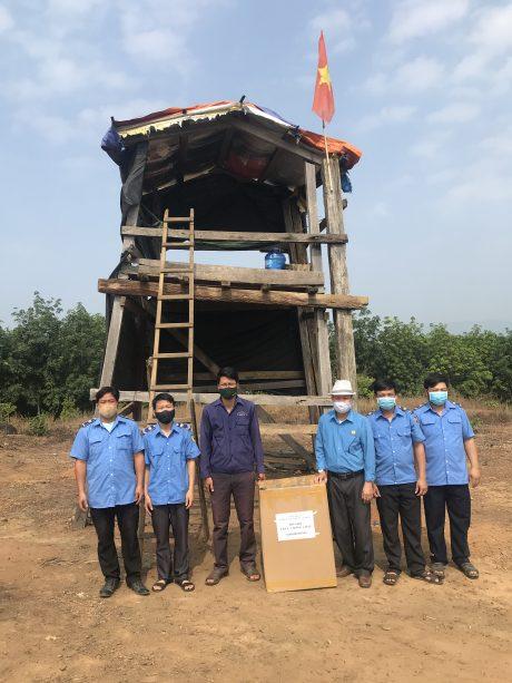 Ông Tạ Thúc Bình - Chủ tịch Công đoàn Công ty (thứ 3 từ phải sang), trao quà cho chốt trực chống cháy NTCS Suối Cát  Bùi Minh Phú