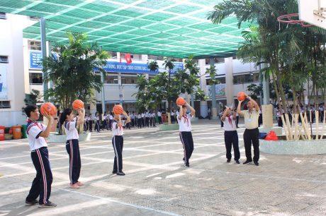 Học sinh tập luyện bóng rổ tại trường
