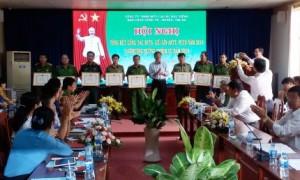 Ông Nguyễn Tiến Đức - Phó TGĐ trao bằng khen cho các tập thể và cá nhân tại hội nghị
