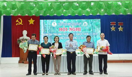 Ông Lê Thanh Hưng - Bí thư Đảng ủy, TGĐ công ty trao thưởng các đơn vị