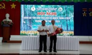 Ông Nguyễn Trường Thọ - Phó TGĐ Công ty TNHH MTV Cao su Dầu Tiếng - Chủ tịch HĐQT Công ty Cổ phần Dầu Tiếng - Kratie và Công ty Cổ phần Dầu Tiếng - Campuchia trao quyết định bổ nhiệm ông Trịnh Văn Hoàng