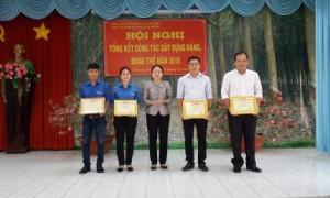 Bà Lý Thiện Nữ – UVTV – Phó chủ tịch Công đoàn công ty trao bằng khen của Công đoàn Cao su Việt Nam cho các cá nhân và tập thể Nông trường Cao su An Lập