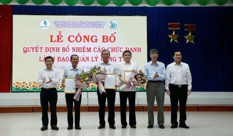 Ông Trần Đức Thuận (áo xanh thứ 2 bên phải) trao quyết định cho các cá nhân