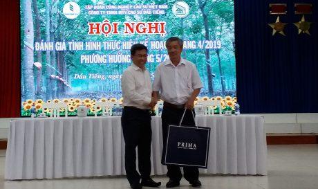 Ông Nguyễn Quốc Việt - Chủ tịch HĐTV Công ty TNHH MTV Cao su Dầu Tiếng tặng quà cho ông Hồ Sỹ Đính.