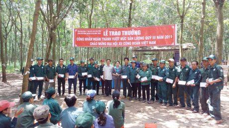 Lãnh đạo CĐ Cao su Dầu Tiếng trao thưởng cho công nhân NT Minh Thạnh vượt sản lượng quý III/2019.