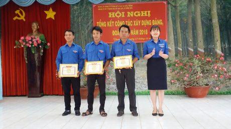 Bà Nguyễn Hoàng Ngọc – Phó Bí thư Đoàn Thanh niên công ty trao bằng khen Trung ương Đoàn, tỉnh đoàn Bình Dương cho các cá nhân.