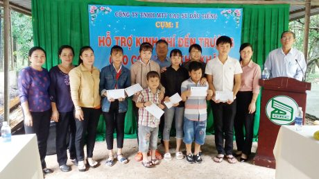 Bà Huỳnh Thị Cẩm Hồng - Phó Bí thư Thường trực Đảng ủy và bà Lý Thiện Nữ -  Chủ tịch Công đoàn Công ty trao kinh phí hỗ trợ cho các cháu học sinh thuộc nông trường An Lập, Thanh An, Bến Súc.