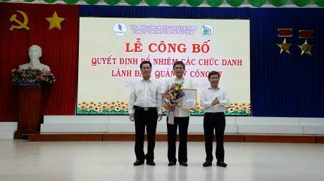 Ông Nguyễn Quốc Việt - Chủ tịch HĐQT (bên phải) và ông Lê Thanh Hưng - Tổng giám đốc công ty trao quyết định bổ nhiệm chức vụ Phó TGĐ cho ông Nguyễn Thiện Sinh