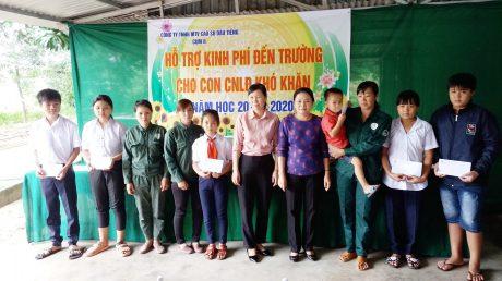 Bà Huỳnh Thị Cẩm Hồng - Phó Bí thư thường trực Đảng ủy và bà Lý Thiện Nữ - Chủ tịch Công đoàn Công ty trao kinh phí hỗ trợ cho các cháu học sinh thuộc nông trường Trần Văn Lưu và Minh Thạnh