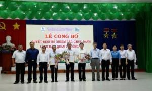Đại diện lãnh đạo VRG và công ty chúc mừng các cá nhân được giao nhiệm vụ