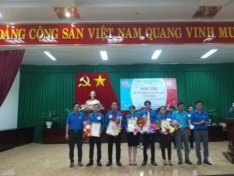 Ban tổ chức trao giải cho các cá nhân đạt giải cao tại Hội thi