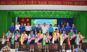 Chi đoàn Nông trường Bachiang III làm cầu tại bản Thông Căm Lây