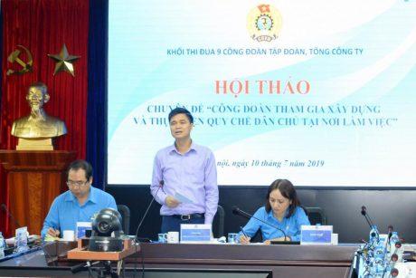 Cán bộ Công ty CPCS Lai Châu tuyên truyền bà con bản Vàng Bon, xã Lùng Thàng, huyện Sìn Hồ về lợi ích khi làm CN cao su.