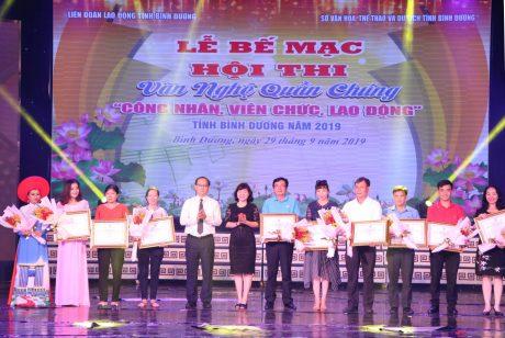 Lãnh đạo Trung ương Đoàn, Công ty TNHH Cao su Việt – Lào và Hồ Minh Hiếu (thứ hai từ phải qua) tại lễ gắn biển công trình thanh niên cấp Đoàn Khối DNTW của ĐTN Cao su Việt - Lào.