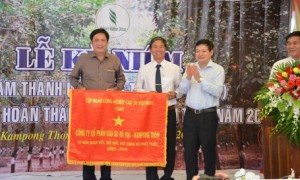 """TGĐ VRG Huỳnh Văn Bảo tặng bức trướng """"10 năm đoàn kết, đổi mới, xây dựng và phát triển"""" cho công ty."""