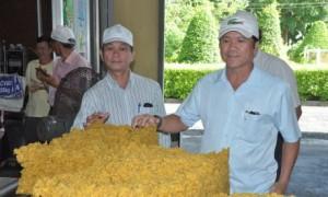 Ông Lê Thanh Hưng - Bí thư Đảng ủy, TGĐ công ty (bên phải) kiểm tra sản phẩm tại Nhà máy chế biến cao su Long Hòa.