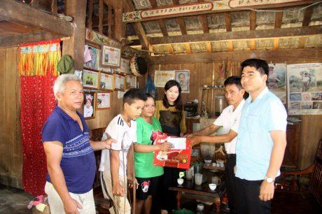Công ty CPCS Lai Châu thường xuyên quan tâm, chăm lo, tặng quà cho người lao động.