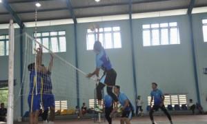 Trận khai mạc giải giữa hai đội bóng chuyền Phòng Thanh tra Bảo vệ Công ty và nông trường Cao su Bến Súc