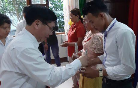 Ông Lại Xuân Chiến - Công sứ Đại sứ quán Việt Nam tại Campuchia trao cúp kiện tướng cho anh Keo Koeurn