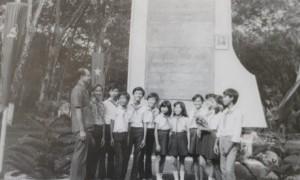 Các cháu thiếu nhi con em CNVC-LĐ Cao su Đồng Phú tại Bia kỷ niệm 70 năm Cách mạng Tháng 10 Nga.