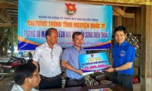 Đ/c Lê Quốc Bảo – Bí thư ĐTN Cao su Dầu Tiếng (bên phải) trao tiền hỗ trợ của công trình thanh niên cho dự án tại Campuchia.