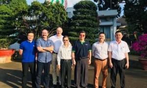 Dương Trung Hiếu  – Phó Bí thư ĐTN, Phó Ban Xuất Nhập khẩu Cao su Phú Riềng (ngoàii cùng bên trái) làm việc với đối tác nước ngoài.