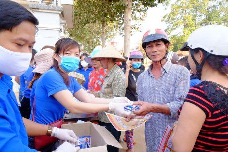 ĐTN Cao su Phú Riềng phát khẩu trang miễn phí cho CNLĐ và nhân dân trên địa bàn