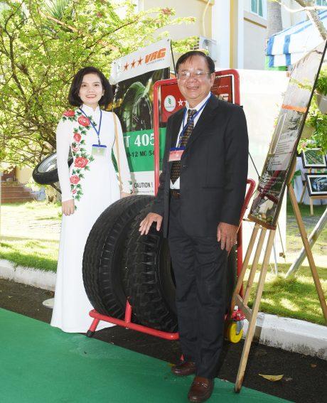 Ông Trần Minh – Trưởng Ban Công nghiệp VRG bên sản phẩm lốp xe thương hiệu VRG tại Lễ kỷ niệm 90 năm truyền thống ngành Cao su VN. Ảnh: Vũ Phong