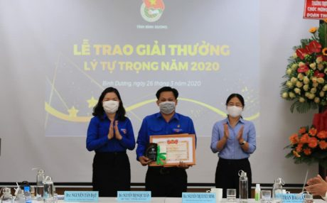 Anh Trần Trung Tính nhận giải thưởng Lý Tự Trọng năm 2020