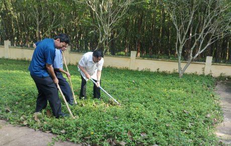 Ông Phan Mạnh Hùng – Chủ tịch CĐ CSVN và lãnh đạo Công ty CPCS Đồng Phú thực hiện nghi thức khởi công tôn tạo Khu di tích Phú Riềng Đỏ. Ảnh: Minh Tuấn.