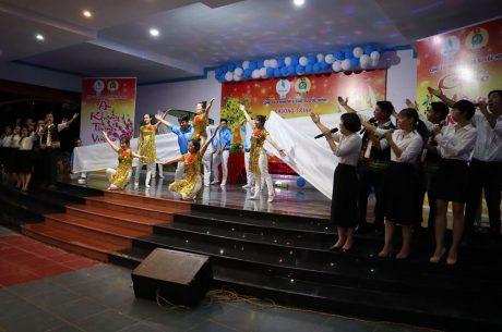 Đội văn nghệ xung kích của công ty biểu diễn tại chương trình