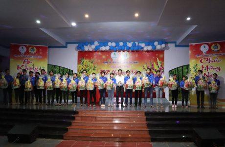 Anh Nguyễn Trường Hải - Bí thư ĐTN công ty tặng quà cho ĐVTN có hoàn cảnh khó khăn