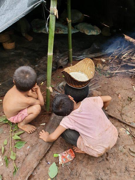 Hai em nhỏ tại bản Phuthonglum