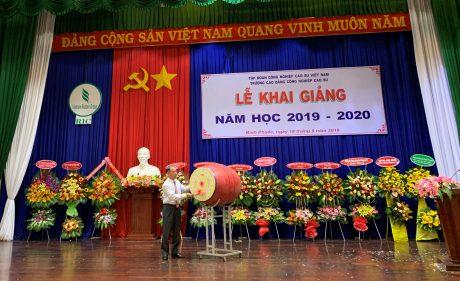 Ông Nguyễn Tiến Dũng – Tỉnh ủy viên, Phó Chủ tịch UBND tỉnh Bình Phước đánh trống khai giảng năm học mới