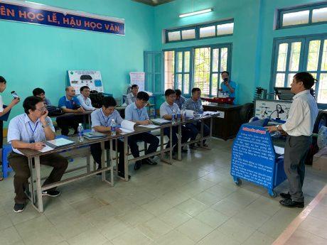 Hội đồng giám khảo đánh giá thiết bị của trường.