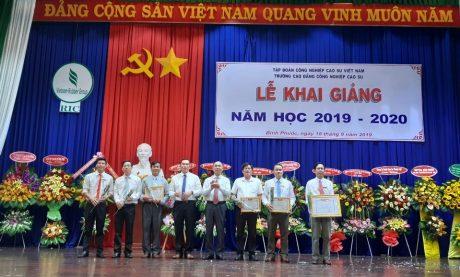 Khen thưởng nhóm tác giả có mô hình đạt giải tạ Hội thi thiết bị đào tạo tự làm toàn quốc năm 2019