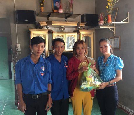 Tuổi trẻ Cao su Phước Hòa thăm và tặng quà thanh niên công nhân khó khăn