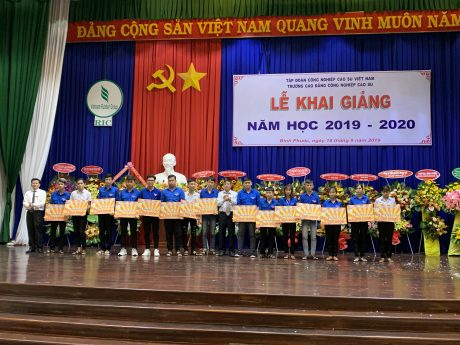 Trường tặng học bổng cho sinh viên nghèo vượt khó