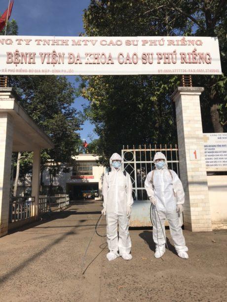 Cán bộ phun thuốc diệt khuẩn tại Bệnh viện Cao su Phú Riềng.