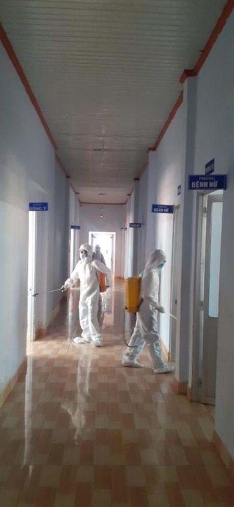 Phun thuốc diệt khuẩn tại Bệnh viện Cao su Phú Riềng.