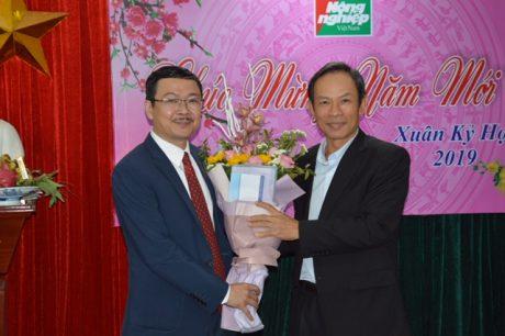 Ông Trần Ngọc Thuận - Bí thư Đảng ủy, Chủ tịch HĐQT VRG tặng hoa cho ông Nguyễn Ngọc Thạch.
